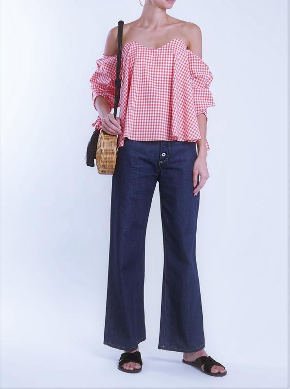 Блуза в нежно-розовую клетку со спадающими плечами и акцентным...