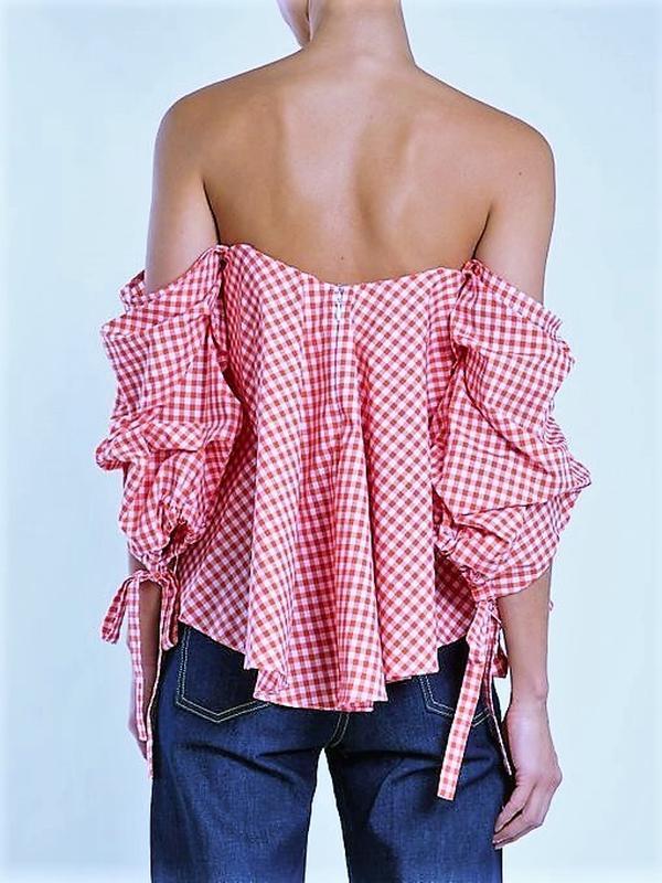 Блуза в нежно-розовую клетку со спадающими плечами и акцентным... - Фото 3
