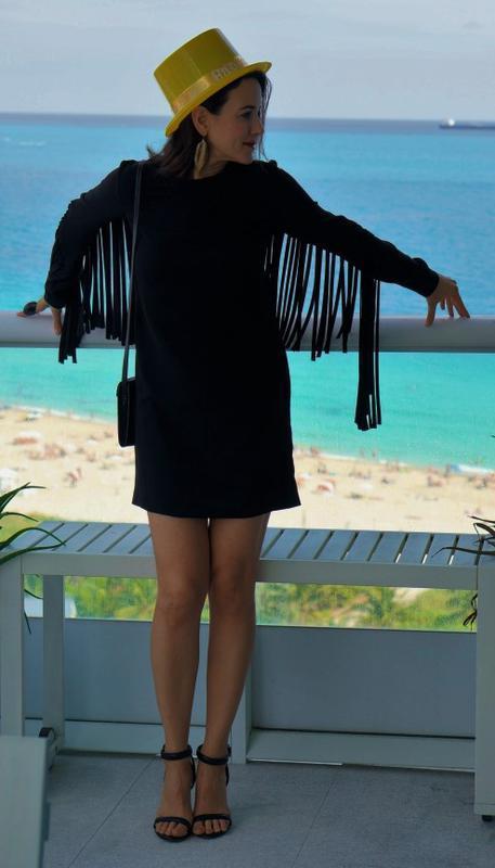 Черное платье shift с летящей бахромой по спинке и рукавам s-m