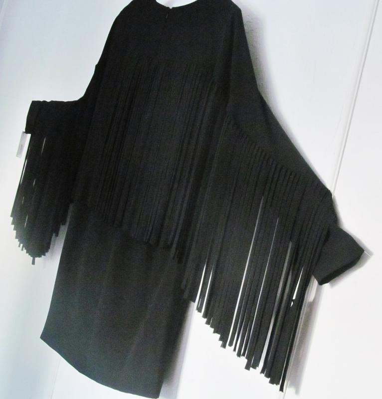 Черное платье shift с летящей бахромой по спинке и рукавам s-m - Фото 5
