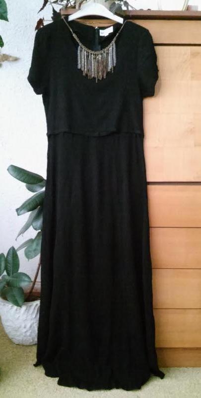 Черное платье миди из ткани с кринкл эффектом