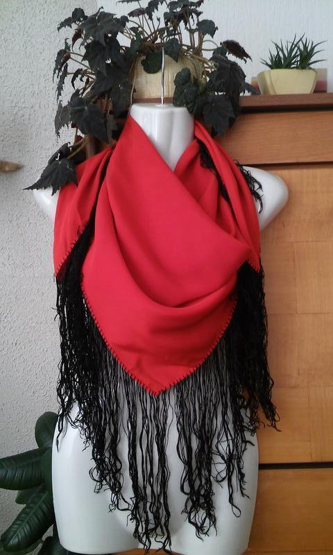 Красная шелковая шаль