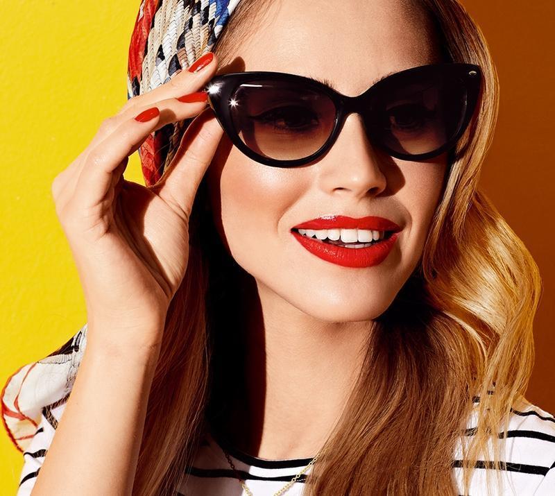 Стильные солнцезащитные очки в футляре