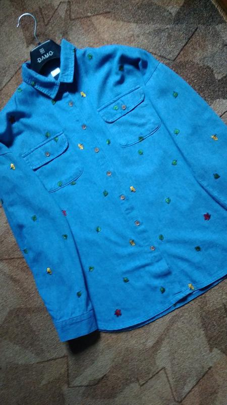 Джинсовая рубашка с вышивкой - Фото 2