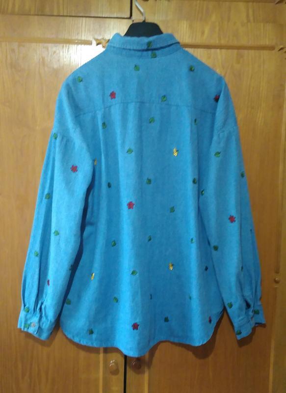 Джинсовая рубашка с вышивкой - Фото 4