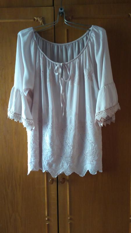 Нежная блуза оверсайз с красивой вышивкой и воланами на рукава...