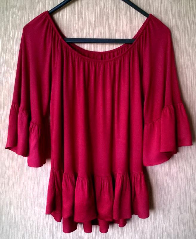 Актуальная трикотажная блуза с воланами