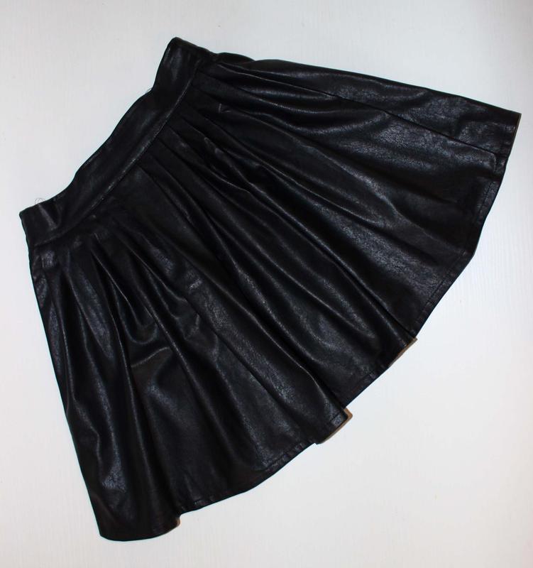 Юбка черная под кожу со встречными складками, s