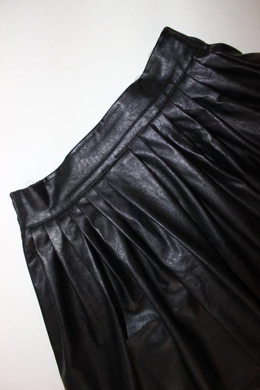 Юбка черная под кожу со встречными складками, s - Фото 2