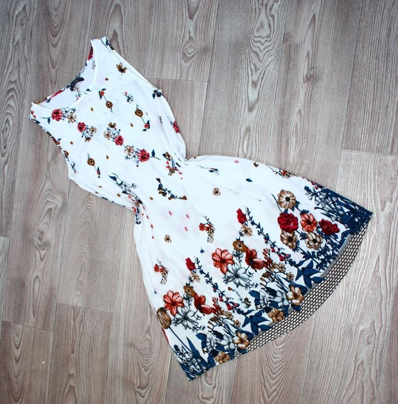 Платье / как туника / без рукавов белое в градуированный принт... - Фото 4