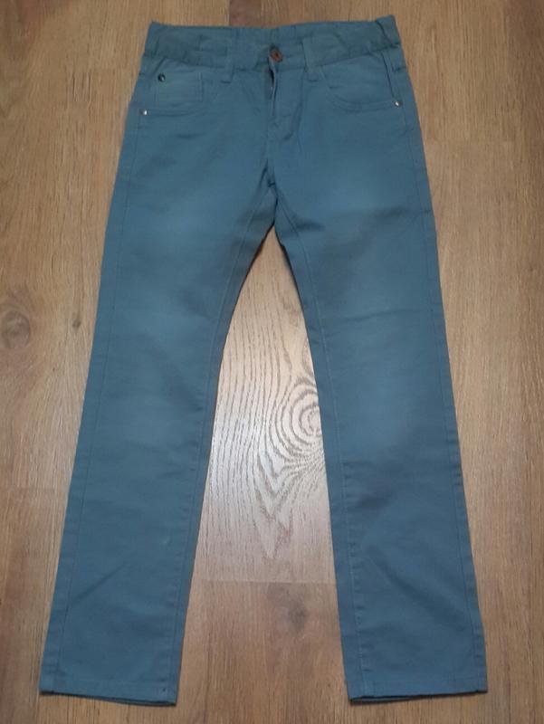 Стрейчевые джинсы. here & there. рост 146 см.