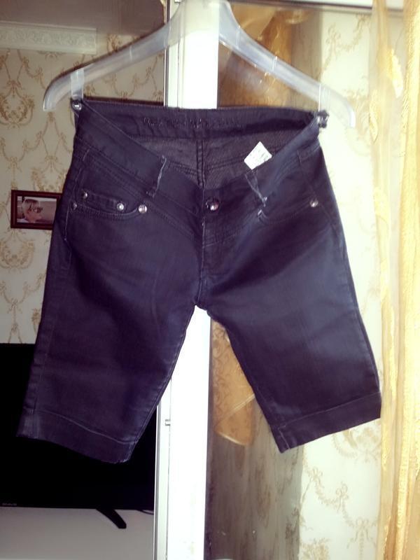 Брендовые угольно-чёрные джинсовые удлиненные шорты/капри с от...