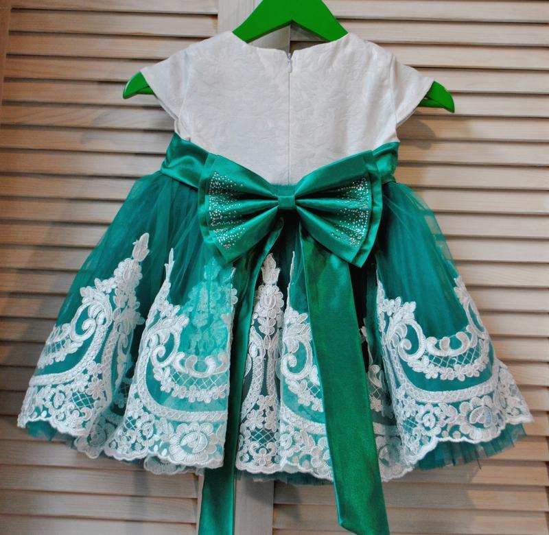 Нарядное платье с шикарным кружевом и большим бантом