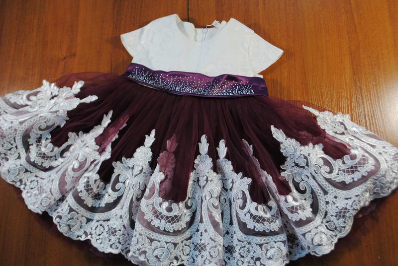 Нарядное платье с большим бантом и стразами на поясе