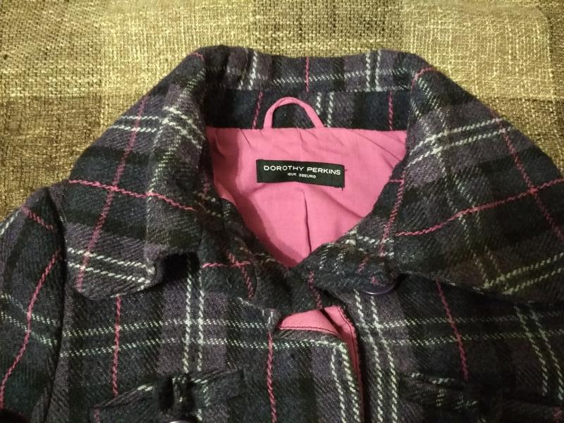 Пальто полупальто с карманами в клетку - Фото 5