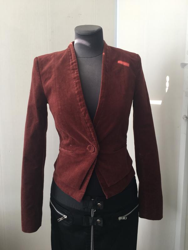 Стильный приталенный пиджак микрона вельвет цвет марсала
