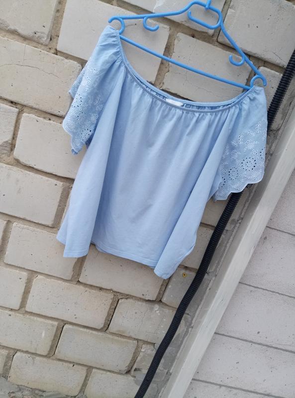 Коттоновая блуза с открытыми плечами с вышивкой на рукавах раз...
