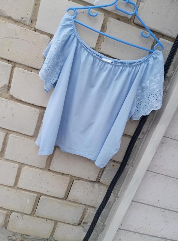 Коттоновая блуза с открытыми плечами с вышивкой на рукавах раз... - Фото 2