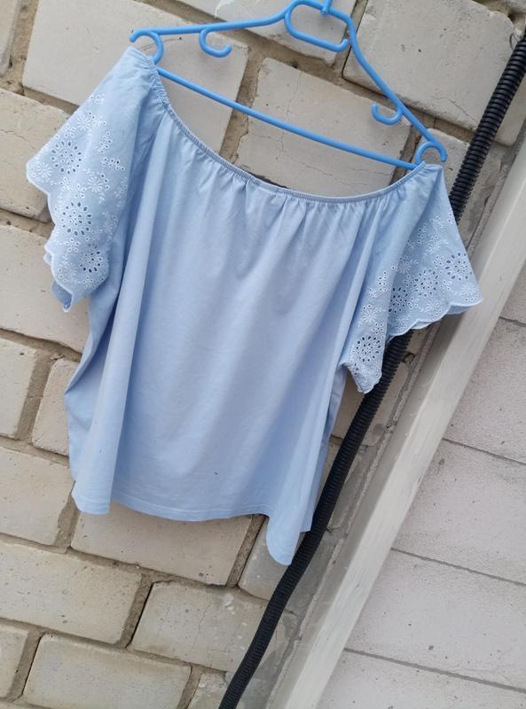 Коттоновая блуза с открытыми плечами с вышивкой на рукавах раз... - Фото 3