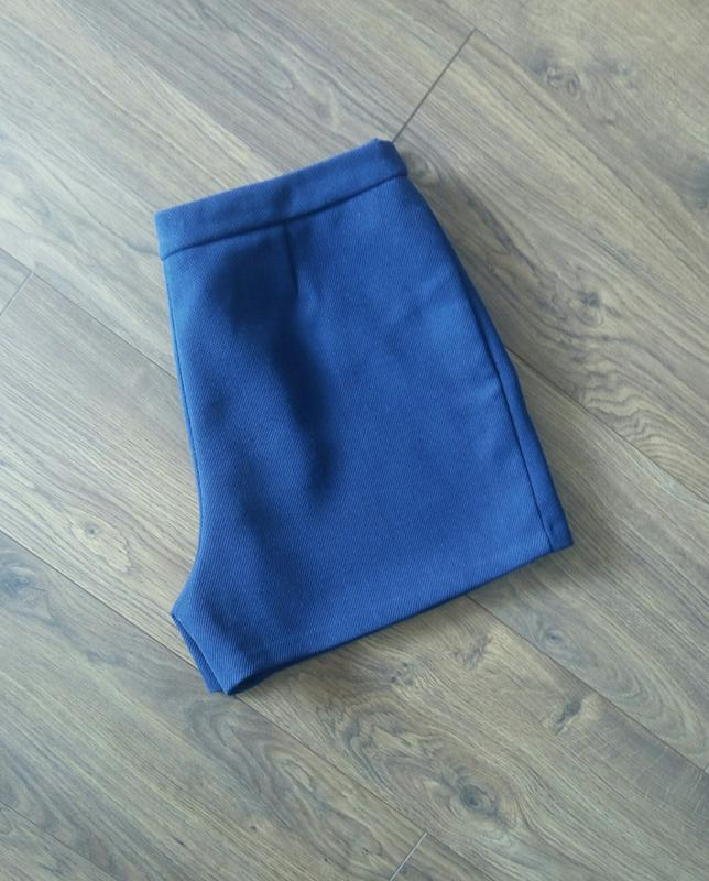 Темно-сині фірмові класичні шорти із фактурноі тканини