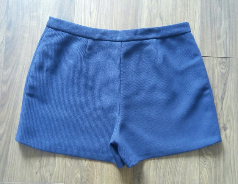 Темно-сині фірмові класичні шорти із фактурноі тканини - Фото 3
