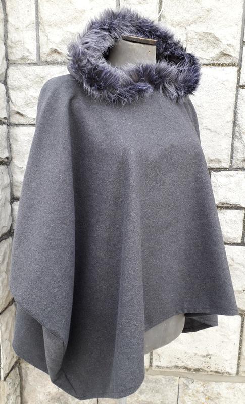 Актуальне сіре пончо із капішоном - Фото 3