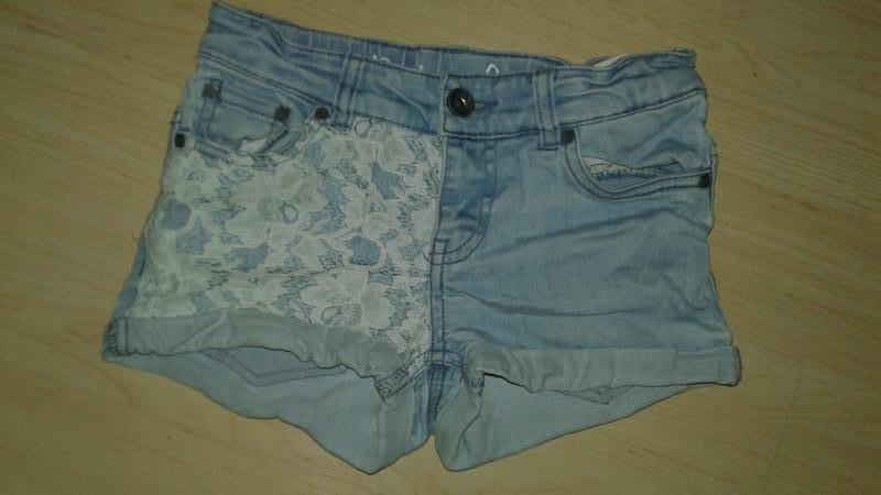 Фирменные джинсовые шортики на 8-10 лет.