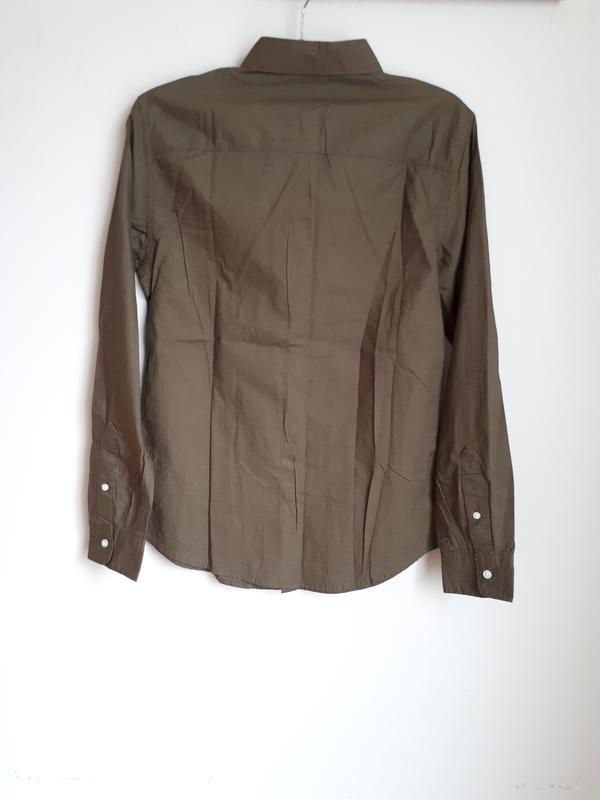 Приталенная рубашка болоного зеленого оттенка (хаки)  bershka - Фото 2