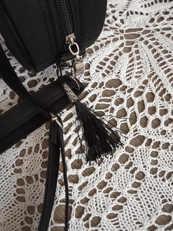 Круглая сумочка на длинном ремешке. вышивка в виде кружева. - Фото 2