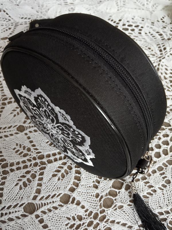 Круглая сумочка на длинном ремешке. вышивка в виде кружева. - Фото 3