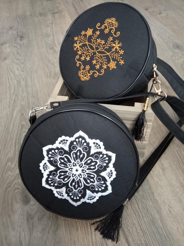 Круглая сумочка на длинном ремешке. вышивка в виде кружева. - Фото 4