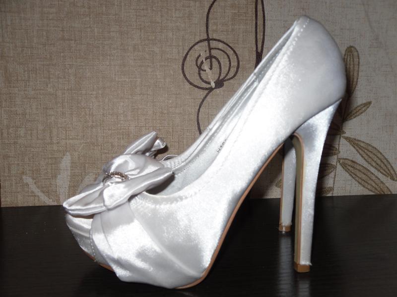 Шикарные атласные белые туфли core
