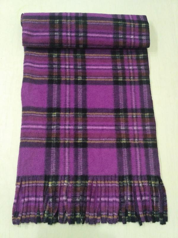 Фиолетовый флисовый шарф в крупную клетку