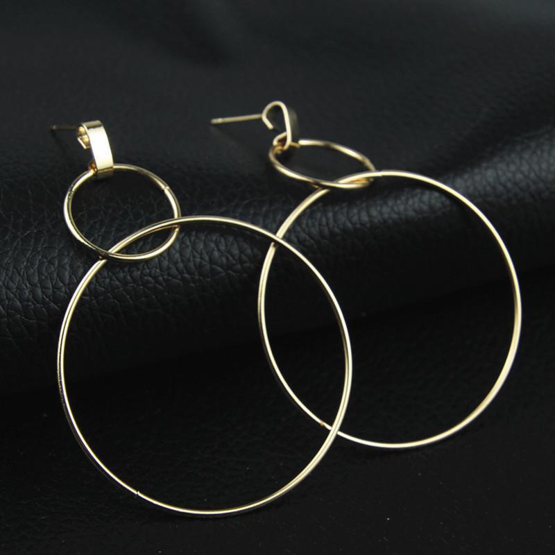 Серьги два больших кольца золотистого цвета - Фото 2