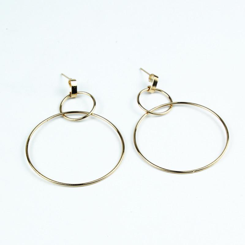 Серьги два больших кольца золотистого цвета - Фото 3