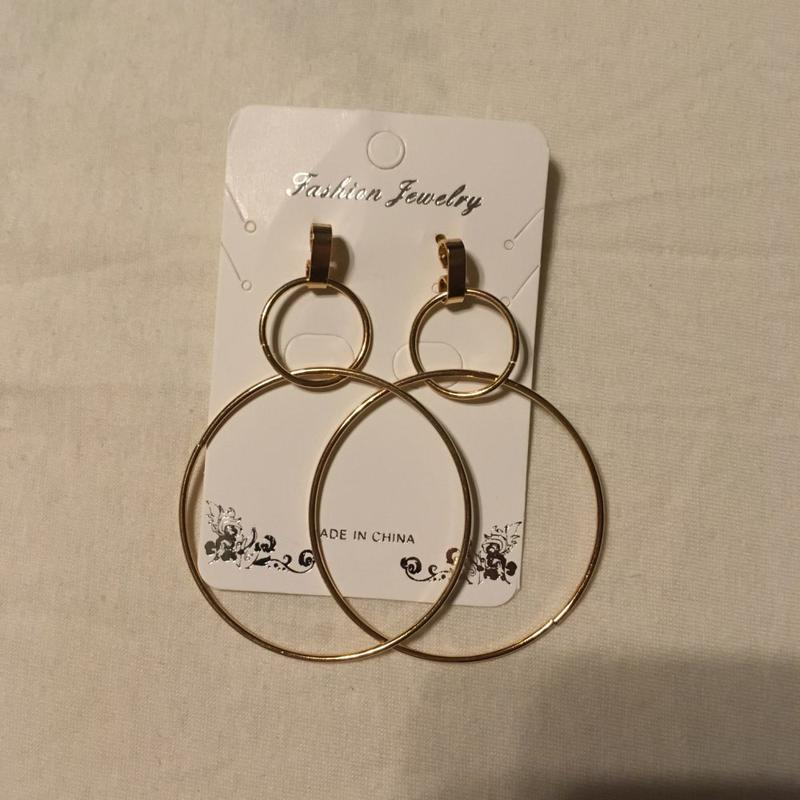 Серьги два больших кольца золотистого цвета - Фото 4