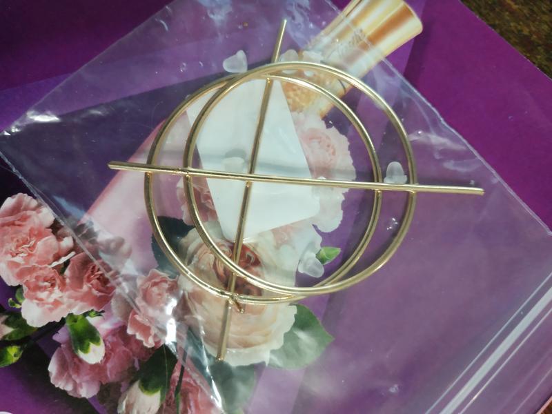 Серьги большие кольца золотистого цвета - Фото 4