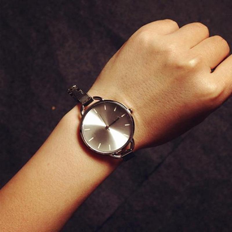 Наручные часы на тонком металлическом ремешке серебристого цвета
