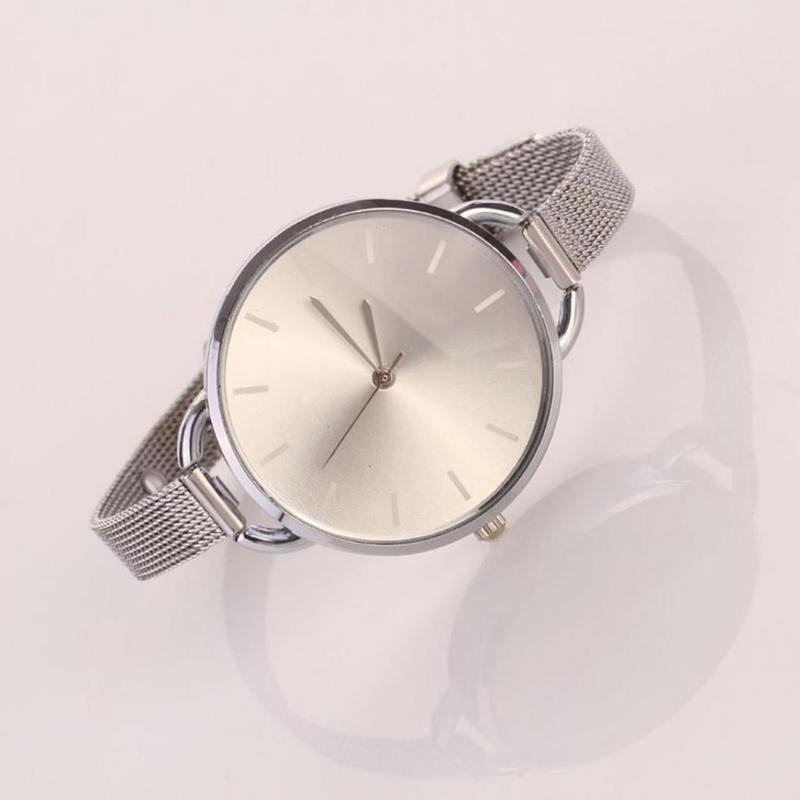 Наручные часы на тонком металлическом ремешке серебристого цвета - Фото 2