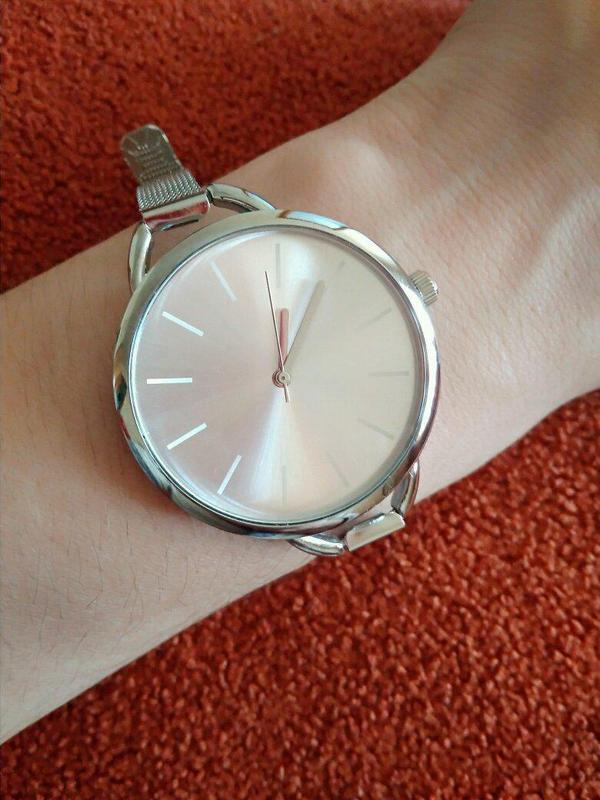 Наручные часы на тонком металлическом ремешке серебристого цвета - Фото 5