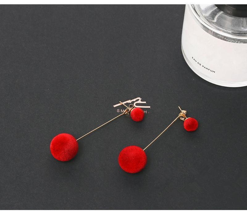 Плюшевые длинные серьги помпоны красные 4 варианта ношения - Фото 4