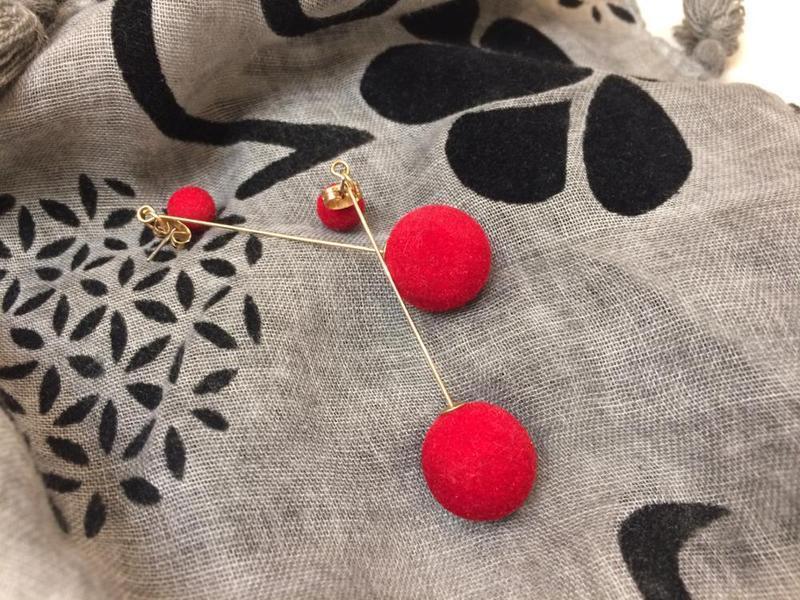 Плюшевые длинные серьги помпоны красные 4 варианта ношения - Фото 5