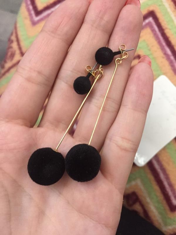 Плюшевые длинные серьги черные помпоны 4 варианта ношения - Фото 5