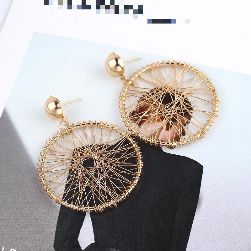 Плетенные серьги кольца золотистого цвета