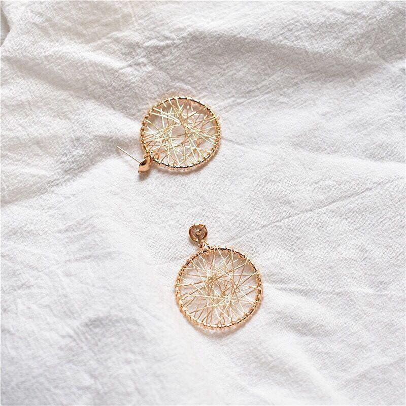 Плетенные серьги кольца золотистого цвета - Фото 2