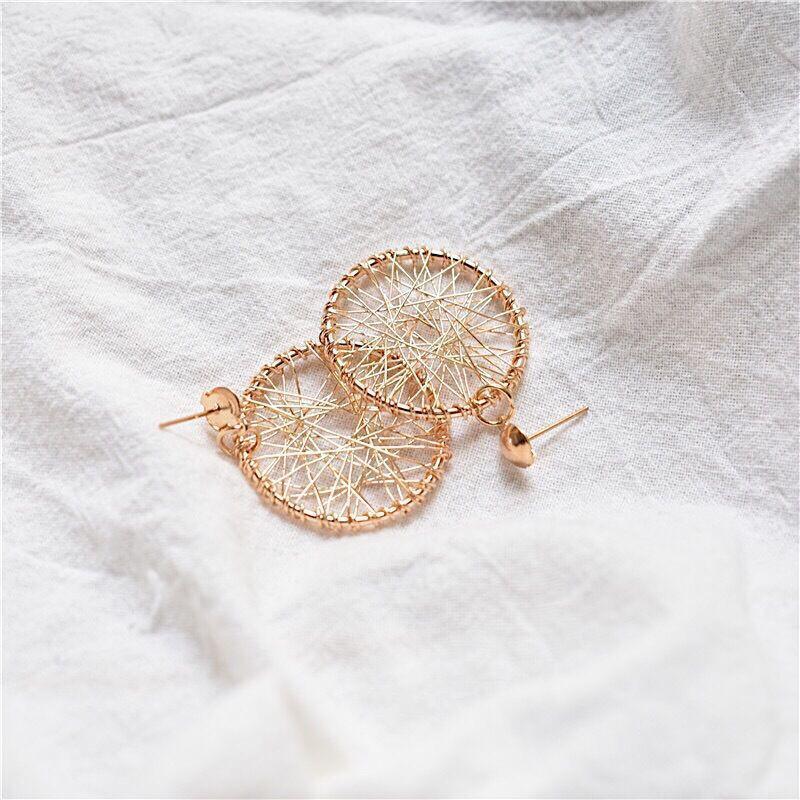 Плетенные серьги кольца золотистого цвета - Фото 3