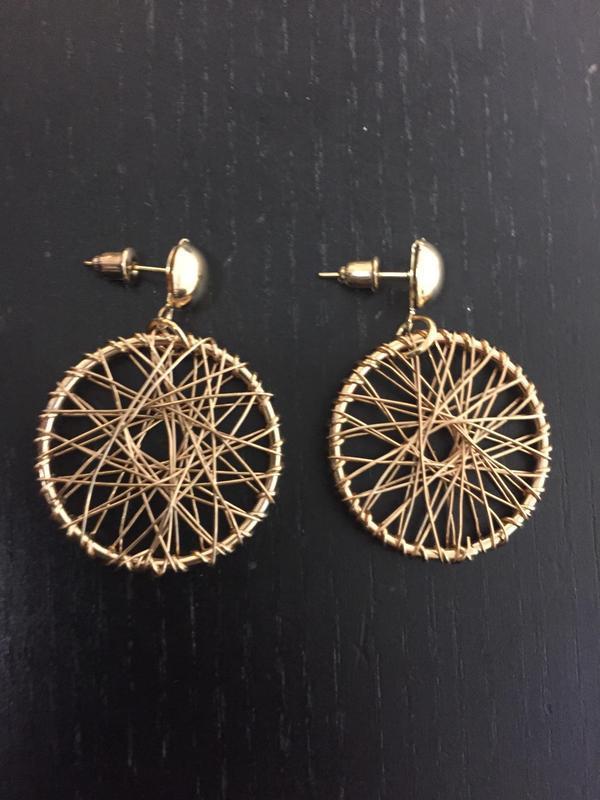 Плетенные серьги кольца золотистого цвета - Фото 5