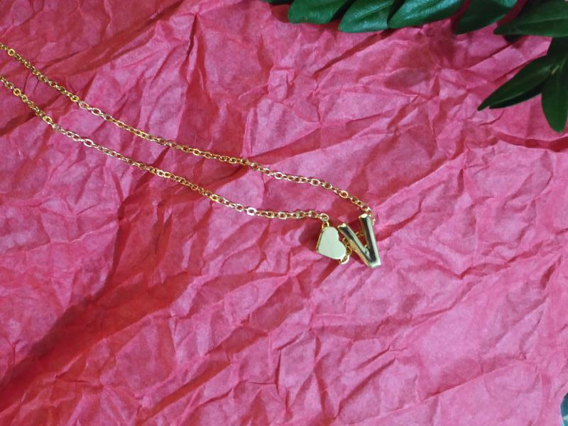 Ожерелье цепочка с буквой v под золото - Фото 4