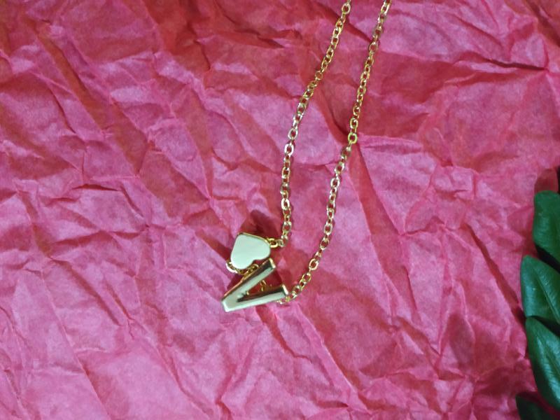 Ожерелье цепочка с буквой v под золото - Фото 5