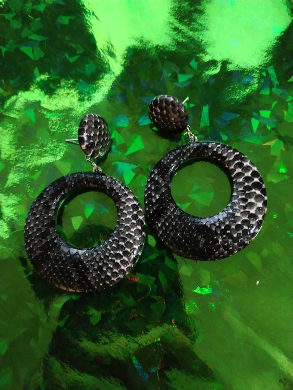 Крутые трендовые серьги змеиный принт - Фото 5